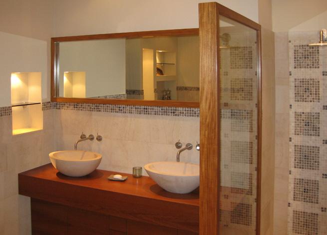 Salle De Bain Blanc Teck : Console de salle de bain, miroir et paroi de douche en Teck